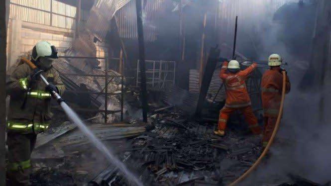 Pabrik Helm di Kalideres Ludes Terbakar, 16 Mobil Damkar Dikerahkan