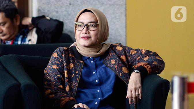 Komisioner KPU Evi Novida Ginting Manik menunggu untuk menjalani pemeriksaan di Gedung KPK, Jakarta, Rabu (26/2/2020). Evi diperiksa sebagai saksi untuk tersangka Saeful Bahri terkait kasus dugaan penerimaan hadiah atau janji penetapan anggota DPR Terpilih 2019-2024. (merdeka.com/Dwi Narwoko)