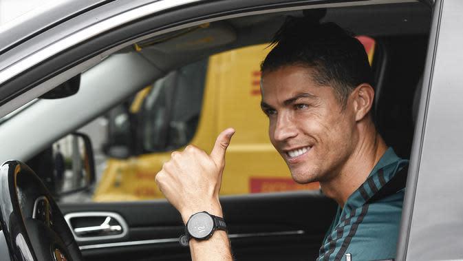Striker Juventus, Cristiano Ronaldo, saat tiba di Pusat Latihan Juventus, Turin, Selasa (19/5/2020). Sejumlah pemain Juventus telah tiba di Turin untuk memulai latihan jelang bergulirnya kembali Serie A. (AP/Fabio Ferrari)