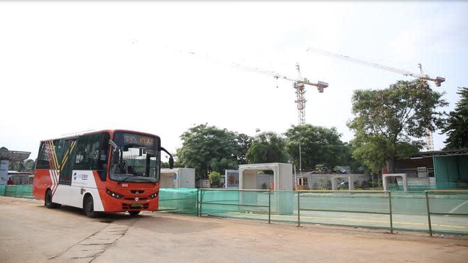 Fasilitas transportasi Bus TransJakarta yang tersedia di depan Rusunami Klapa Village, Pondok Kelapa, Jakarta Timur. (Foto: Liputan6.com/Zulfikar Abubakar).