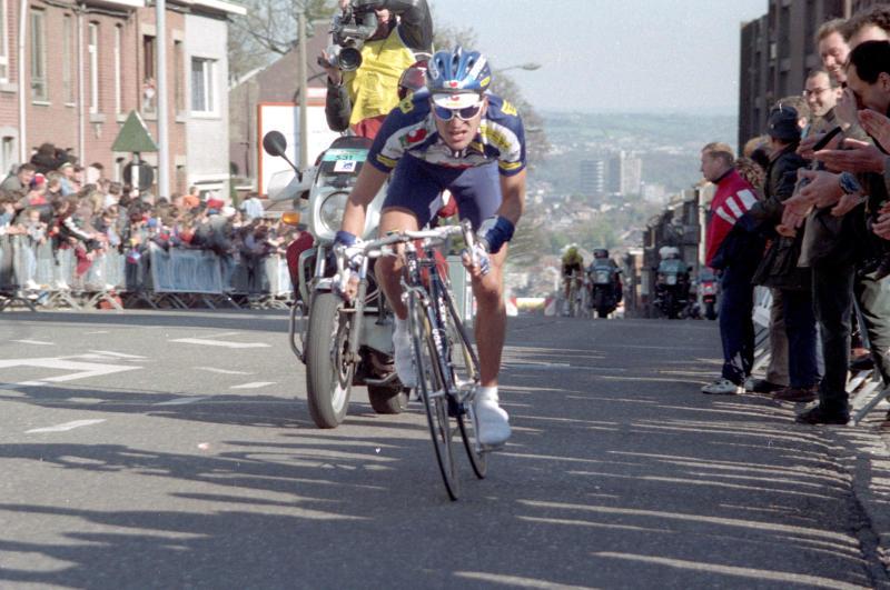 Michele Bartoli on the move at the 1997 Liège-Bastogne-Liège