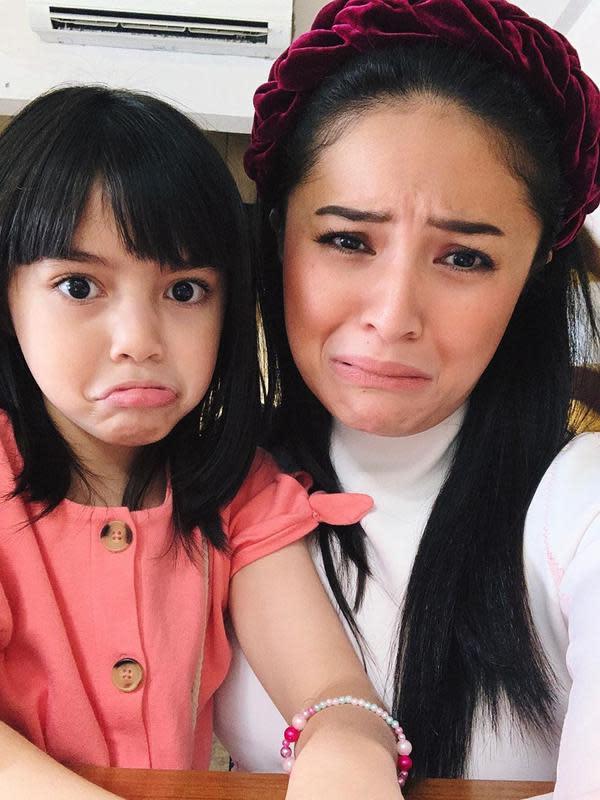 Kalo gaya ini menurut Sienna adalah gaya muka sedih. Sebagai anak dari pasangan selebriti, terlihat Sienna sudah pintar untuk pose. Baik sedih, senang dan yang lainnya. (Instagram/marshanda99)
