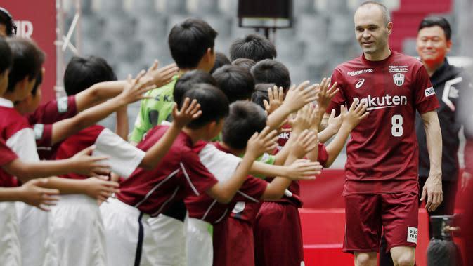 Andre Iniesta disambut anak-anak saat perkenalan bersama klub barunya, Vissel Kobe di NOEVIR Stadium Kobe, Kobe, (26/5/2018). Iniesta dikontrak Vissel Kobe selama tiga tahun. (Michi Ono/Kyodo News via AP)