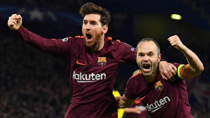 Lionel Messi (kiri) bersama rekannya Andres Iniesta melakukan selebrasi usai mencetak gol ke gawang Chelsea pada leg pertama babak 16 besar Liga Champions di Stamford Bridge, London (20/2). (AP Photo/Frank Augstein)