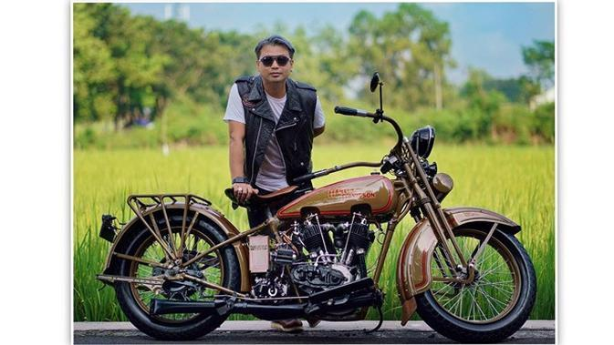 6 Gaya Trendi Suami Soimah Herwan Pandoko, Hobi Motoran (sumber: Instagram.com/koko_ko_koko)