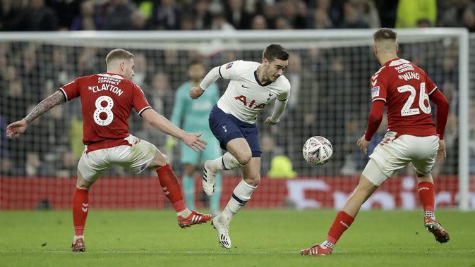 Pemain Tottenham Hotspur Harry Winks (tengah) mencoba melewati pemain Middlesbrough FC Adam Clayton (kiri) dan Lewis Wing pada pertandingan Piala FA di Tottenham Hotspur Stadium, London, Selasa (14/1/2020). Tottenham menang 2-1 dan lolos ke babak 32 besar. (AP Photo/Matt Dunham)