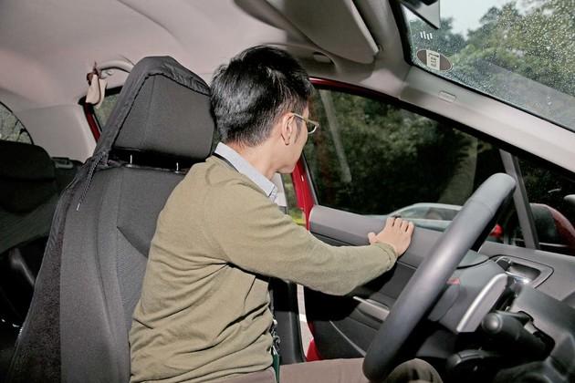 你知道正確開啟車門的方式嗎?反手開、轉身看才能明哲保身