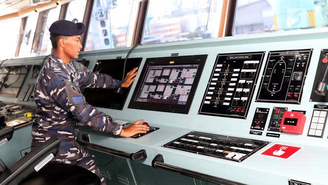 Awak KRI Semarang-594 mengecek ruang navigasi saat sandar di dermaga 203, Jakarta, Jumat (15/3). Kapal ini dibuat PT PAL dengan total biaya Rp 736 miliar. Pembuatan kapal perang RS tersebut dituntaskan selama 23 bulan. (Liputan6.com/Helmi Fithriansyah)