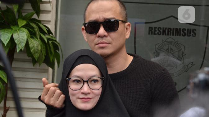 Lyra Virna datang didampingi suaminya Muhammad Fadlan serta kuasa hukumnya Razman Arief Nasution, di Direktorat Reserse Kriminal Khusus, Polda Metro Jaya, Jakarta Selatan, sekitar pukul 11.15 WIB. (Nurwahyunan/Bintang.com)