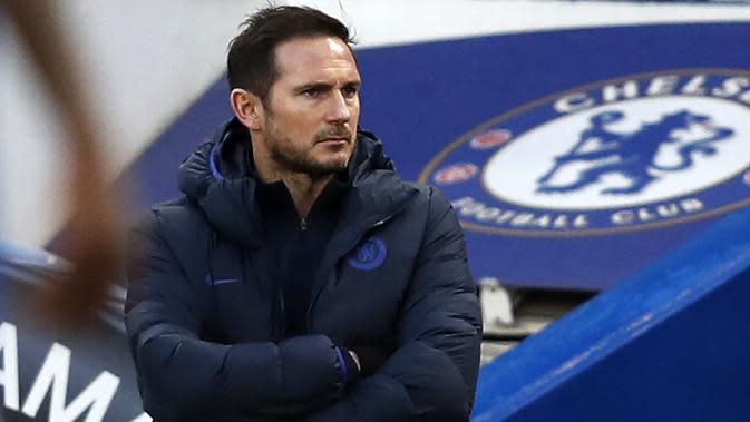 Pelatih Chelsea, Frank Lampard, mengamati permainan anak asuhnya saat melawan Southampton pada laga Premier League 2019 di Stadion Stamford Bridge, Kamis (26/12). Chelsea menyerah 0-2 dari Southampton. (AFP/Adrian Dennis)