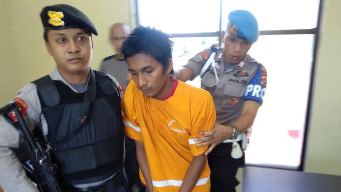 Polisi yang mengamankan pelaku usai berusaha mengelak dan melarikan diri.(Liputan6.com/Ahmad Akbar Fua)