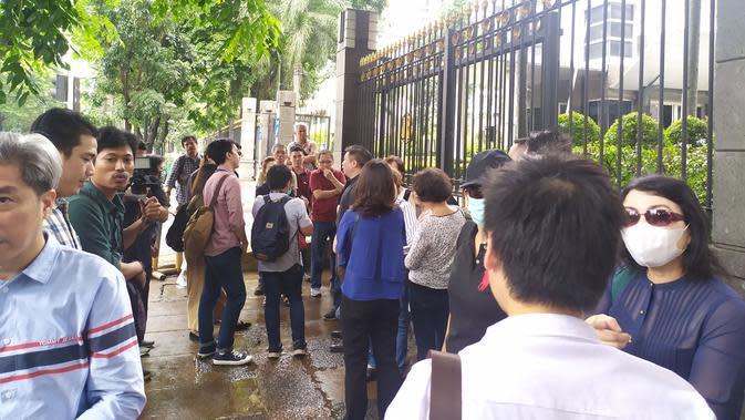 Puluhan nasabah korban investasi reksa dana PT Minna Padi Asset Management (MPAM) sambangi kantor Otoritas Jasa Keuangan (OJK) di Menara Radius Prawiro di kawasan M.H Thamrin, Jakarta.