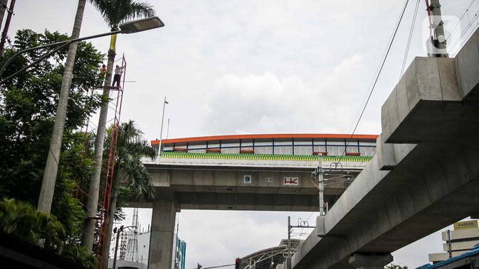 Halte Transjakarta Centrale Stiching Wederopbouw (CSW) di kawasan Jalan Sisingamangaraja, Jakarta, Rabu (15/1/2020). Untuk mencapai halte yang setara dengan bangunan bertingkat 7 lantai tersebut harus melalui 117 anak tangga dengan ketinggian 20 meter. (Liputan6.com/Faizal Fanani)