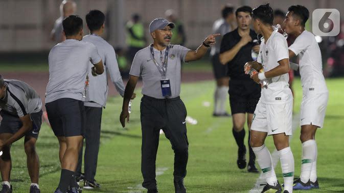Pelatih Timnas Indonesia U-19, Fakhri Husaini (tengah) memberi arahan pada timnya saat laga melawan Hong Kong pada kualifikasi Grup K Piala AFC U-19 2020 di Stadion Madya Gelora Bung Karno, Jakarta, Jumat (8/11/2019). Indonesia unggul 4-0. (Liputan6.com/Helmi Fithriansyah)