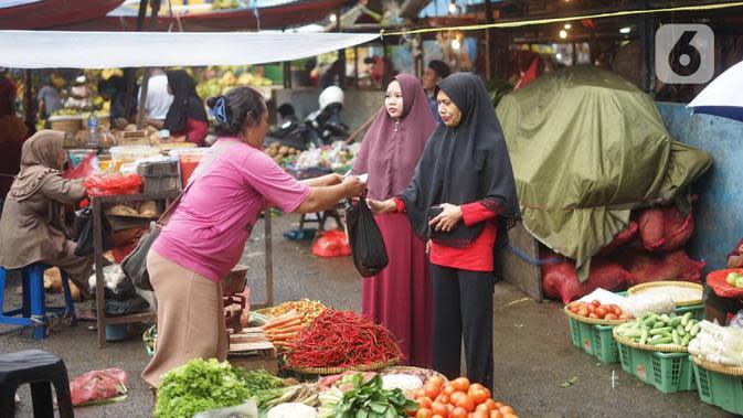 Aktivitas jual beli menggunakan kantong plastik di pasar tradisional di Jakarta, Kamis (9/1/2020). Berdasarkan Pergub Nomor 142 Tahun 2019, para pengelola usaha bisa dikenakan denda mencapai Rp 25 juta apabila melanggar aturan tentang penggunaan kantong plastik. (Liputan6.com/Immanuel Antonius)