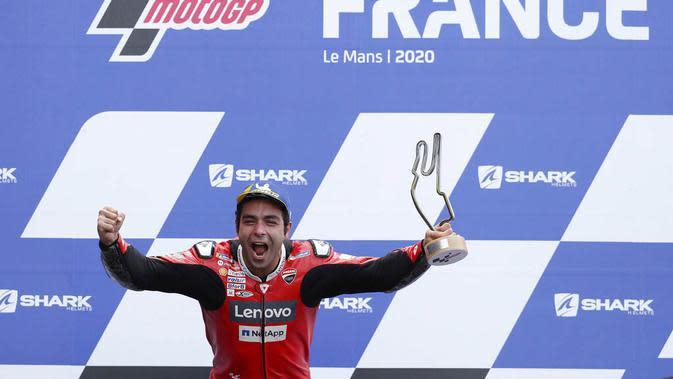 Pembalap Ducati, Danilo Petrucci, melakukan selebrasi di atas podium usai menjuarai balapan MotoGP Prancis di Le Mans, Minggu (11/10/2020). Petrucci finis pertama dengan catatan waktu 45 menit 54,736 detik. (AP Photo/David Vincent)