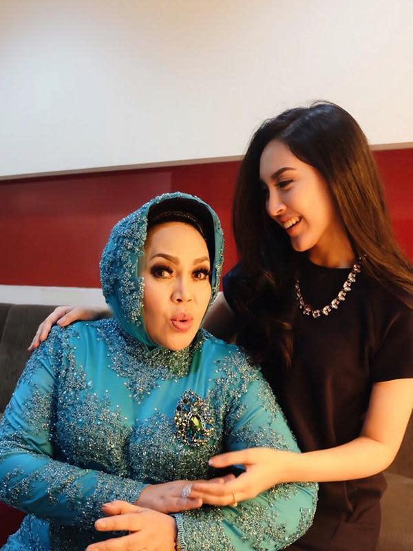 Hetty Koes Endang dan putrinya, Afifah Yusuf, kerap tampil kompak. (Sumber: Instagram/@afifahyusuf)