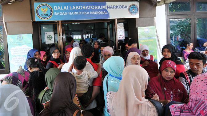 Ratusan guru honorer dan warga yang hendak melamar kerja di DKI Jakarta memadati balai laboratorium Badan Narkotika Nasional (BNN) Cawang untuk membuat surat keterangan bebas narkoba, Jakarta Timur, Senin (28/12/2015). (Liputan6.com/Yoppy Renato)