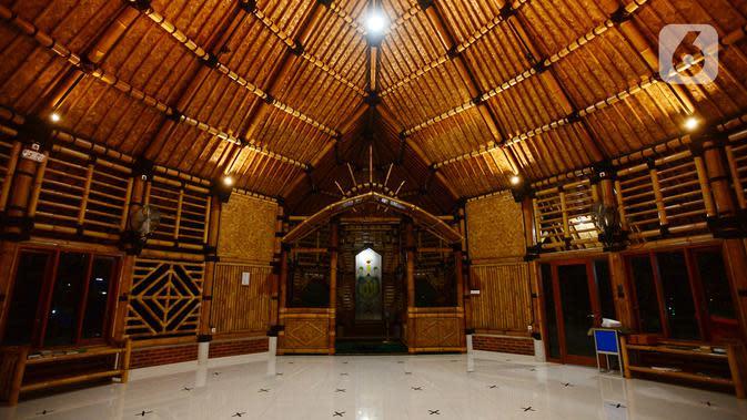 Umat Muslim berada di dalam Masjid yang terbuat dari bambu bernama Saka Buana di Kecamatan Kragilan, Kabupaten Serang, Banten, Rabu (20/5/2020). Dengan komposisi 60% struktur bangunan masjid bernama Saka Buana tersebut menggunakan material dari bambu. (merdeka.com/Imam Buhori)