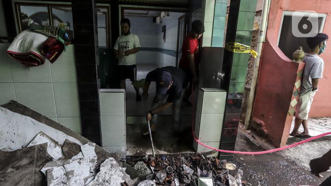 Warga membersihkan sisa kebakaran di permukiman padat Kelurahan Bali Mester, Jatinegara, Jakarta, Selasa (8/9/2020). Kebakaran di permukiman padat itu melalap 11 rumah tinggal warga serta satu unit bengkel dan mengakibatkan 60 orang mengungsi. (Liputan6.com/Johan Tallo)