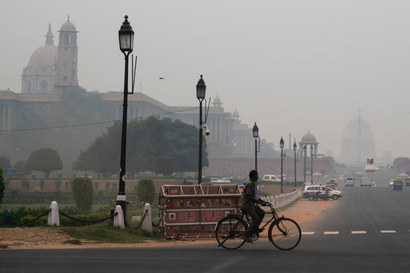 A man rides a bicycle along a street under heavy smog in New Delhi on Oct. 29, 2019. Photo: Jewel Samad/AFP via Getty Images)