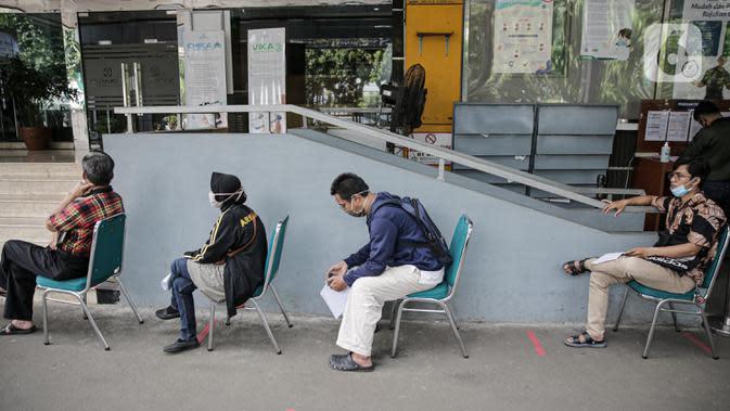 Warga antre mengurus administrasi proses turun kelas di Kantor BPJS Kesehatan Cabang Jakarta Selatan, Jumat (15/5/2020). Pemerintah akan menaikkan iuran BPJS Kesehatan pada 1 Juli 2020 menjadi Rp150.000 untuk kelas I, Rp100.000 untuk kelas II dan Rp42.000 untuk kelas III (Liputan6.com/Faizal Fanani)