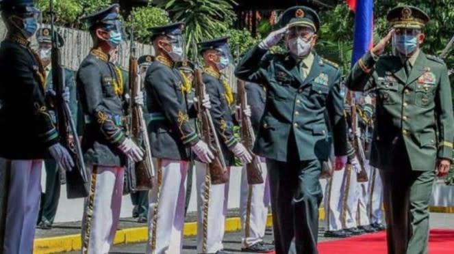 VIVA Militer: Jenderal Wei Fenghe (kiri) dan Jenderal Delfin Lorenzana