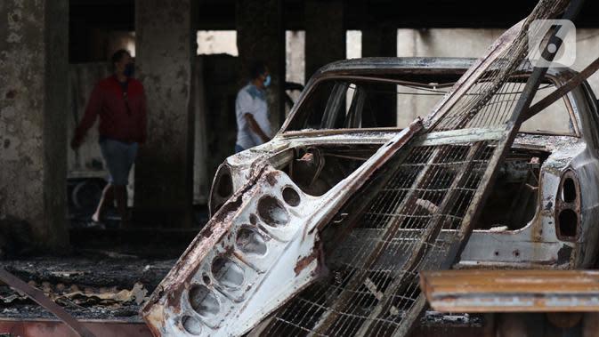 Sisa mobil yang hangus terbakar di dalam bioskop Grand Theater pada Kamis (8/10) kemarin, Jakarta, Jumat (9/10/2020). Unjuk rasa menentang disahkannya Omnibus Law UU Cipta Kerja berujung aksi anarkis merusak berbagai fasilitas umum pada Kamis malam (8/10). (Liputan6.com/Helmi Fithriansyah)