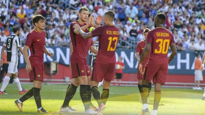 Pemain AS Roma, Edin Dzeko dan Aleksandar Kolarov, rayakan gol.