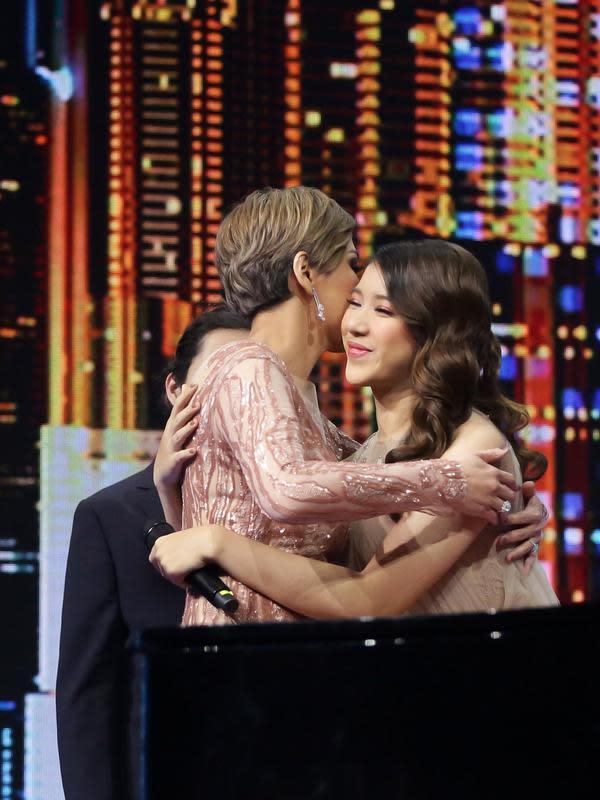 Usai melantunkan lagu ciptaannya, Maia Estianty pun berceletuk pada Tiara sambil memeluknya.
