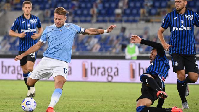 Striker bintang Lazio, Ciro Immobile melakukan tendangan saat menjamu Atalanta pada laga kedua Liga Italia Serie A di Stadion Olimpiade, Rabu (30/9/2020). Atalanta mampu menaklukkan tuan rumah Lazio dengan skor 4-1. (Alfredo Falcone/LaPresse via AP)