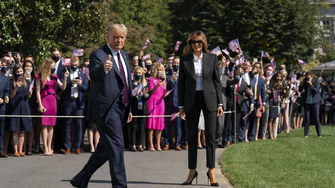 Presiden Donald Trump mengacungkan jempol saat dia dan ibu negara Melania Trump berjalan untuk menaiki Marine One di Gedung Putih di Washington, Selasa, 29 September 2020. (AP Photo/Carolyn Kaster)