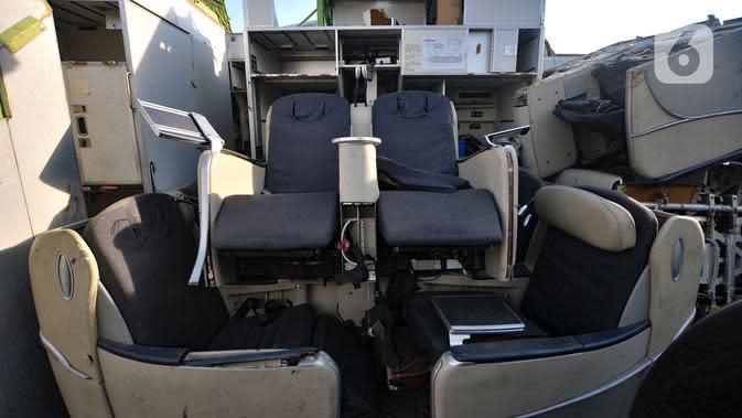 Sejumlah kursi penumpang dari berbagai kelas terlihat menumpuk di kawasan Marunda, Jakarta Utara, Selasa (19/11/2019). Seluruh potongan badan pesawat yang sudah tidak berfungsi tersebut merupakan hasil lelang resmi dari maskapai Indonesia. (merdeka.com/Iqbal S. Nugroho)