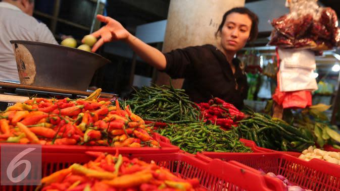 Pedagang merapikan barang dagangannya di Tebet, Jakarta, Senin (3/10). Secara umum, bahan makanan deflasi tapi ada kenaikan cabai merah sehingga peranannya mengalami inflasi. (Liputan6.com/Angga Yuniar)