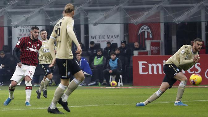 Pemain AC Milan Theo Hernandez (kiri) mencetak gol ke gawang SPAL pada babak 16 besar Coppa Italia 2019/2020 di Stadion San Siro, Milan, Italia, Rabu (15/1/2020). AC Milan menang 3-0. (AP Photo/Antonio Calanni)