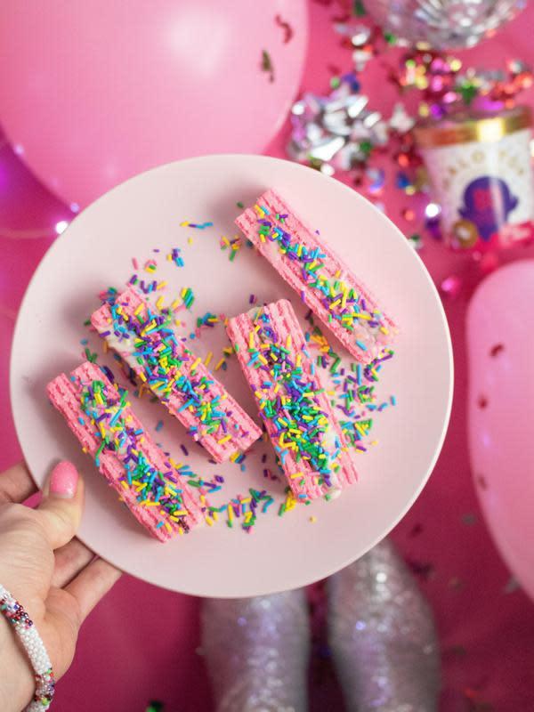 Ilustrasi kue ulang tahun rainbow. | Karley Saagi dari Pexels