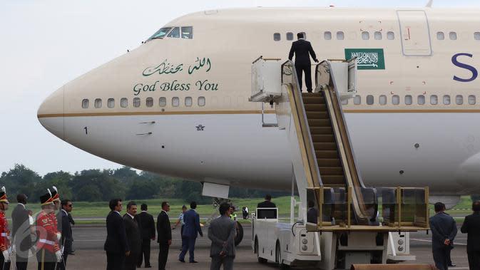Petugas berjaga didepan pintu pesawat kerajaan yang membawa Raja Arab Saudi Salman bin Abdulaziz al-Saud tiba di Bandara Halim Perdanakusuma, Rabu (3/1). (Liputan6.com/Fery Pradolo)
