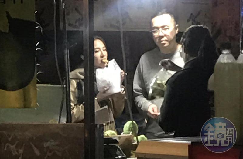 林以婕(左)與趙元同逛饒河夜市,走走停停買吃的,等待過程中,林以婕張口吃宵夜,看來感情已到了無需裝淑女的階段。