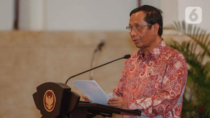 Menko Polhukam Mahfud Md memberikan paparan kepada para peserta Rapat Koordinasi Nasional Kebakaran Hutan dan Lahan 2020 di Istana Negara, Jakarta, Kamis (6/2/2020). Mahfud Md mengklaim luas kebakaran hutan pada 2019 berkurang hingga 1,5 juta hektare dibanding pada 2015. (Liputan6.com/Faizal Fanani)