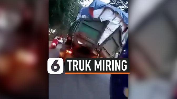 VIDEO: Truk Miring di Jalan Raya Medan Akibat Kelebihan Muatan