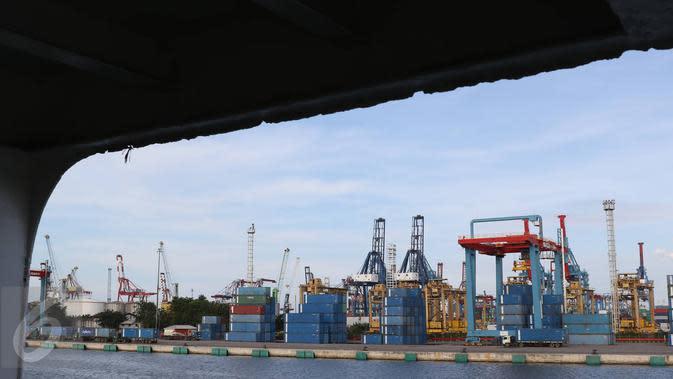 Aktivitas bongkar muat peti kemas di Pelabuhan Tanjung Priok, Jakarta, Selasa (25/10). Kebijakan ISRM diharapkan dapat meningkatkan efisiensi pelayanan dan efektifitas pengawasan dalam proses ekspor-impor. (Liputan6.com/Immaniel Antonius)