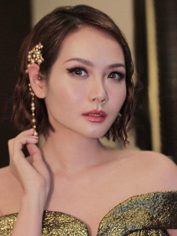 Tak hanya berkarier dalam musik dan presenter saja. Alena Wu juga niat dalam terjun ke dunia hiburan. Ia pun juga pernah bermain seni peran dalam layar lebar. Seperti Crazy Love tahun 2013 dan Silent Hero(es) tahun 2015. (Liputan6.com/IG/@alenawuofficial)
