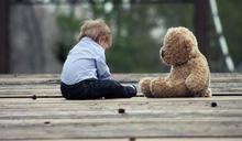 2歲男童天天遭虐「衣架、蓮蓬頭狂毆致死」!親生父母竟不認罪 下場出爐