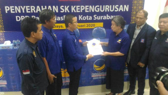 Penyerahan SK pengurus oleh DPW Nasdem Jawa Timur di Kantor Bapilu DPW Nasdem di Surabaya, pada Senin, 17 Februari 2020. (Foto: Liputan6.com/Dian Kurniawan)