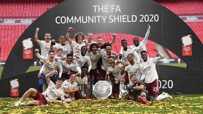 Pemain Arsenal merayaan gelar Community Shield 2020 usai menaklukkan Liverpool 5-4 melalui adu penalti di Wembley, Sabtu (29/8/2020). (Justin Tallis/Pool via AP)