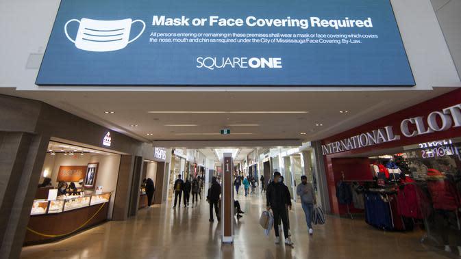Para pengunjung yang mengenakan masker terlihat di Square One Shopping Center di Mississauga, Ontario, Kanada (9/10/2020). Tingkat pengangguran di Kanada pada September turun menjadi 9 persen dari 10,2 persen pada Agustus. (Xinhua/Zou Zheng)