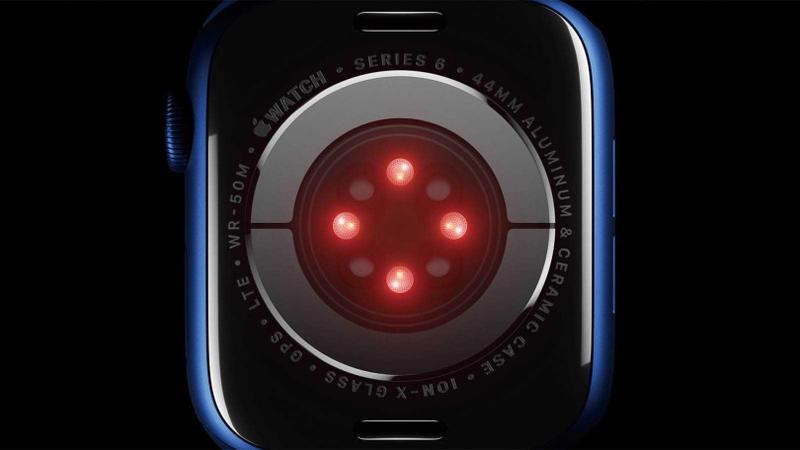 血氧濃度感測器位於水晶玻璃錶背上,由LED發出光線照射手腕上的血管,並以光電二極體測量反射回來的光量。(圖/Apple提供)