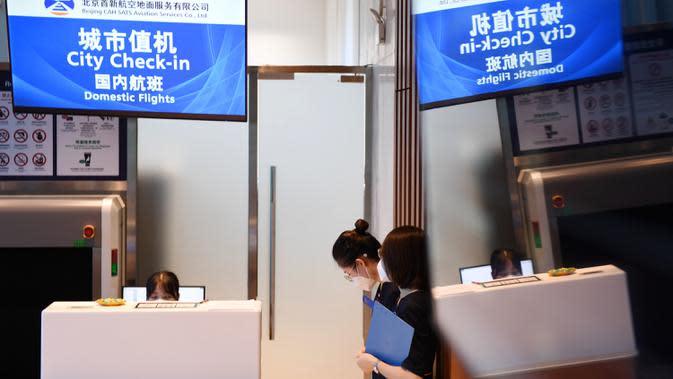 Sejumlah staf bekerja di sebuah konter check-in di Terminal Kota Gu'an Bandara Internasional Daxing Beijing di Wilayah Gu'an, Provinsi Hebei, China, 16 September 2020. Gu'an di Provinsi Hebei terletak berdekatan dengan bandara tersebut. (Xinhua/Zhang Chenlin)