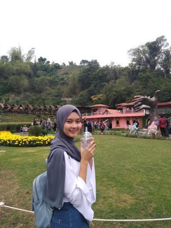 Salah satu pengunjung The Great Asia Africa, destinasi wisata terbaru di Lembang, Bandung Barat. (dok. Instagram @utamiaml)/https://www.instagram.com/p/B5h6znvFBBR/Tri Ayu Lutfiani)