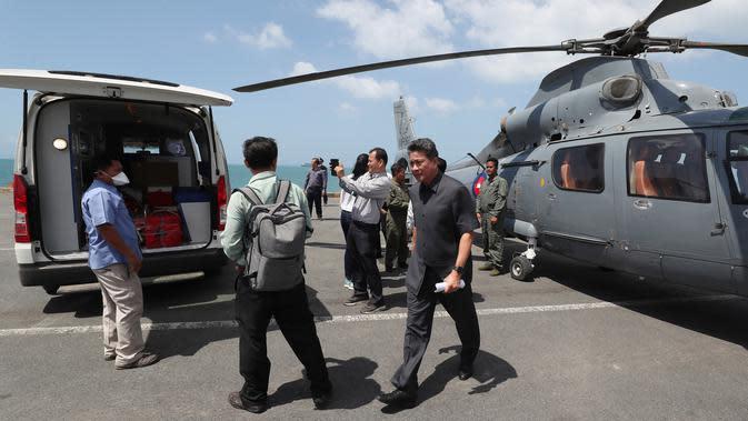 Petugas medis memuat sampel dari kapal pesiar MS Westerdam ke dalam helikopter untuk pengujian di Sihanoukville, Kamboja, Kamis (13/2/2020). Beberapa pejabat kesehatan Kamboja menuturkan bahwa sekitar 20 penumpang mengeluhkan sakit perut atau demam. (AP Photo/Heng Sinith)